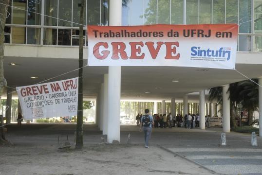 Servidores da UFRJ aderem à greve. Docentes não.