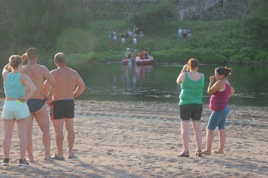 Várias pessoas assistiram ao resgate.