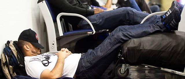 Passageiro dorme a espera de voo em aeroporto