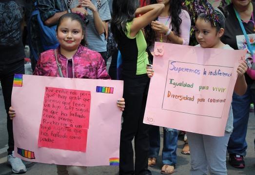 Niños a lo largo de la marcha manifestaron apoyo