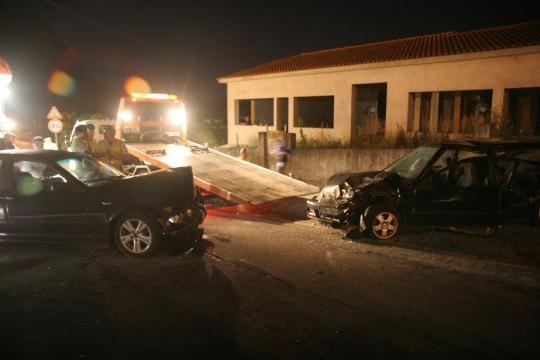 Choque frontal entre BMW e Honda.
