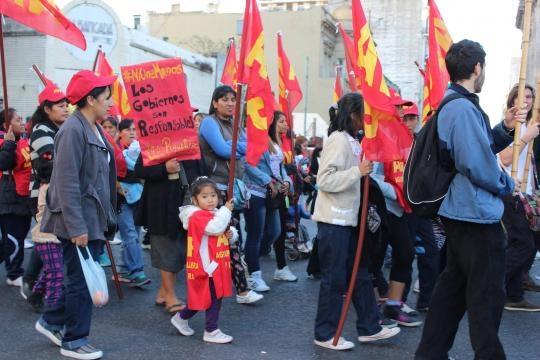 Madres e hijos camino al congreso. Foto: Lourdes V
