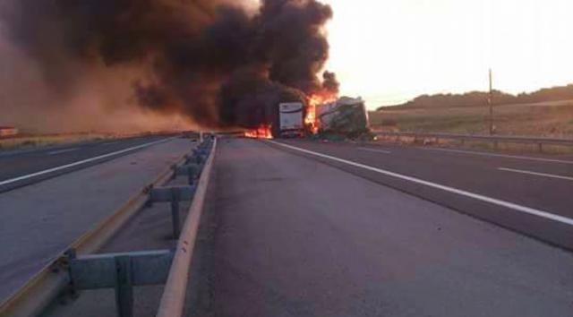 Choque entre dois camiões provoca incêndio