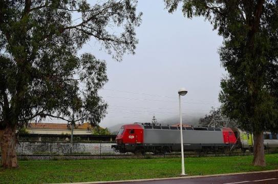 Comboio regional com destino a Lisboa.