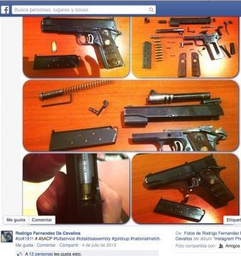 Orgulloso coleccionador de armas.