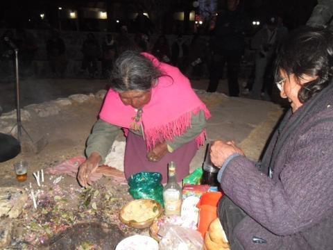 Abuelita rinde su homenaje a la Pachamama