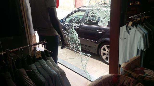 Ladrões entraram pela montra da loja.