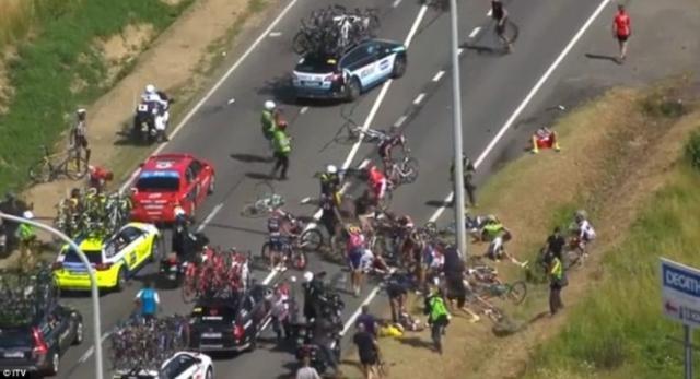 Mais de 20 ciclistas caíram ao quilómetro 109