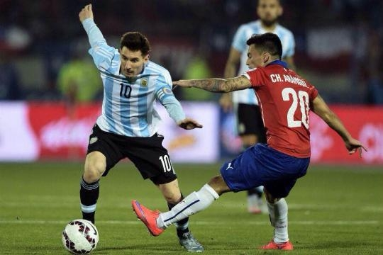 Messi, frenado por Charles Aranguiz