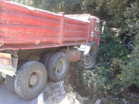 Camião fica suspenso em ponte.