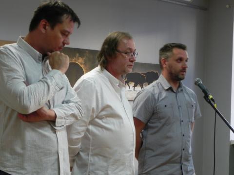 J.Chyra, A.Łada, K.Onikijuk podczas wernisażu.