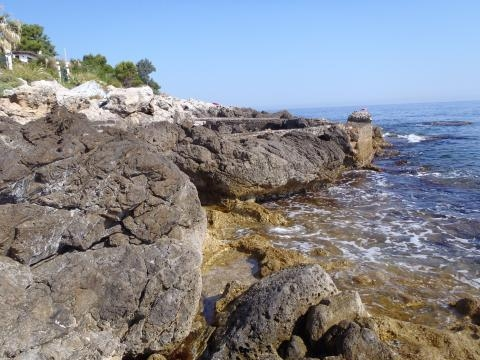 voici un exemple de plage de rocher