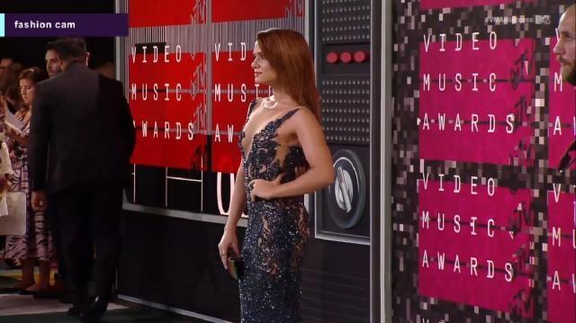 Katie Stevens (Faking It) na red carpet.