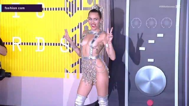 Miley Cyrus apresenta um estilo bem especial.