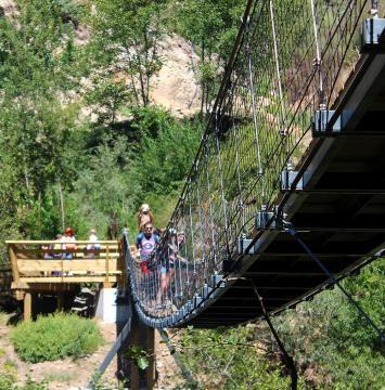 É possível fazer a travessia pela ponte suspensa