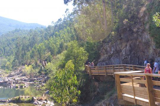 O Passadiço faz-se junto ao rio Paiva