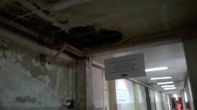 Los agujeros en los techos adornan el hospital.