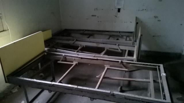 Pabellón Cobos: antiguas camas en desuso.
