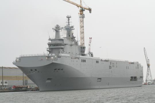 Una portaelicotteri Mistral in costruzione