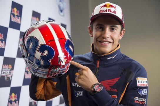 Marc Márquez muestra el casco que usará en Indy