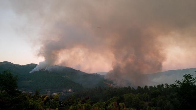Incêndio visto da vertente de Amares.