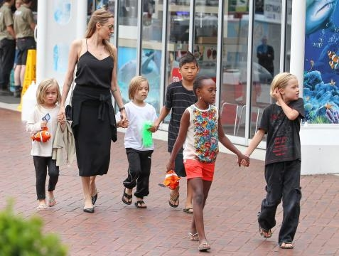 Angelina Jolie com os filhos num passeio