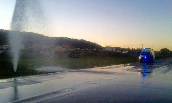 Carro voou para o interior de um campo.