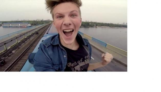 Pasha, il ragazzo che si fa selfie sul treno