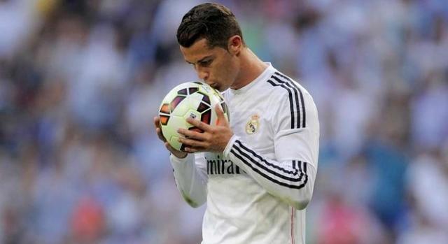 Cristiano Ronaldo besa el balón tras un Hat Trick