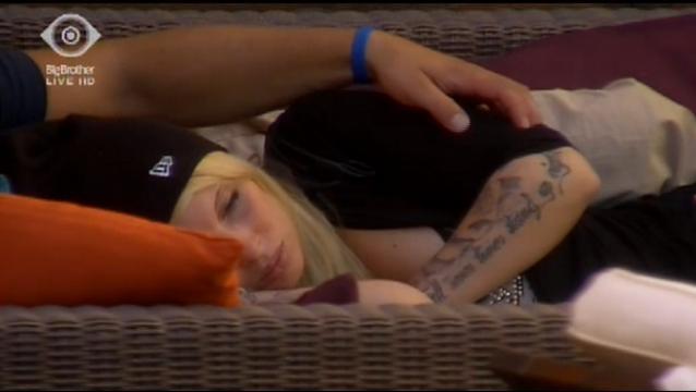 Sharon träumt in Kevins starken Armen