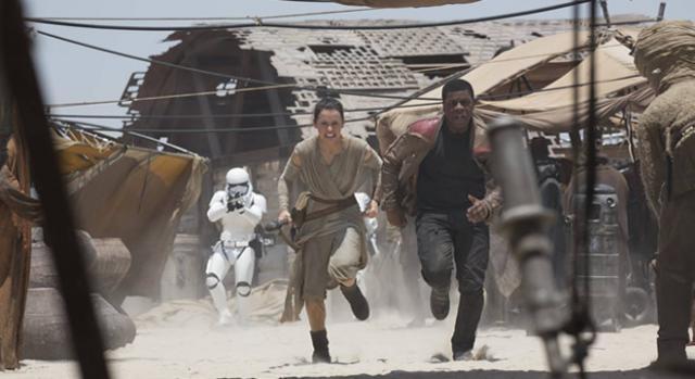 Star Wars El Despertar de la Fuerza huyendo