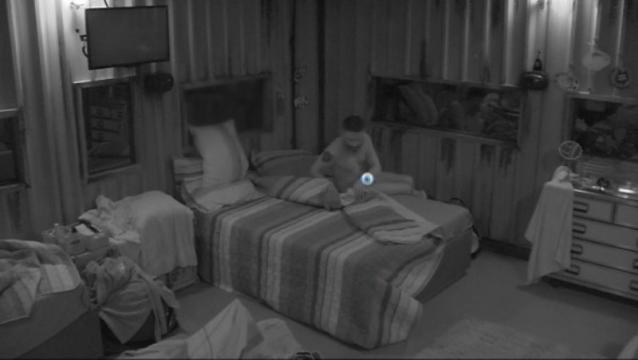 Laércio dorme nu (Reprodução/Globo)