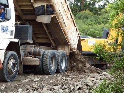 Início da construção da estrada lateral