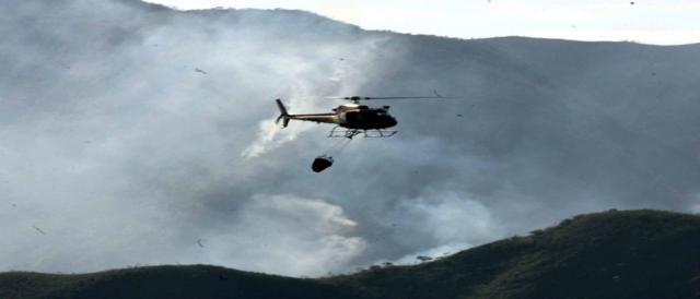 Helicóptero ajuda a combater o fogo