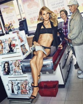 Gwyneth Paltrow sexy al supermercato. Foto di Alex Lubomirski
