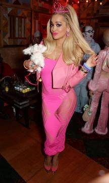 Rita Ora in versione Barbie per Halloween