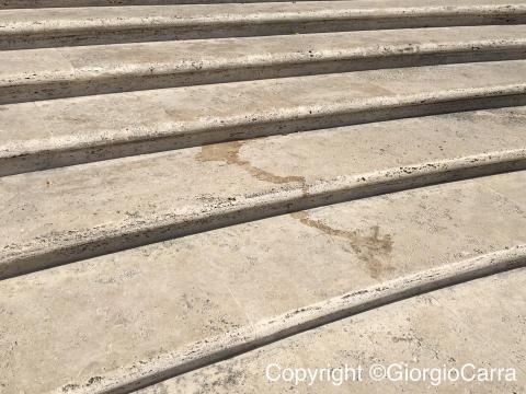 Chiazze di bibite versate sulla scalinata.