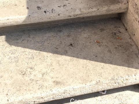Mozziconi spenti sulla scalinata.