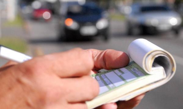 Multas de trânsito vão subir até 900 % a partir de terça-feira.