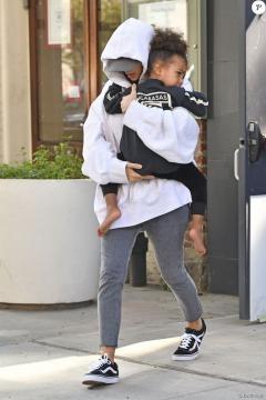 Kim Kardashian caché par ses vêtements et sa fille North West