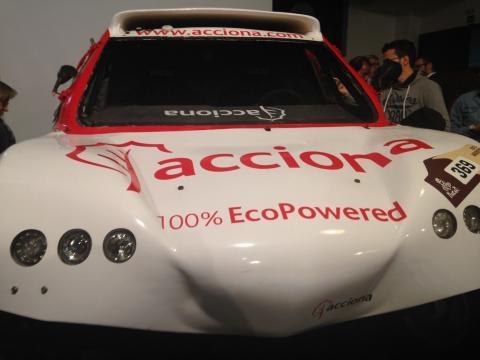 El coche Acciona en exposición en la presentación del Dakar 2017