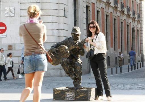 Estatua viviente callejera en posición realmente incómoda