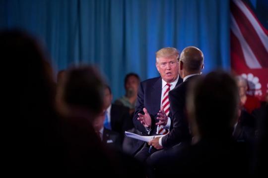 Clinton y Trump se esfuerzan por marcar contraste en sus planes de ... - nytimes.com