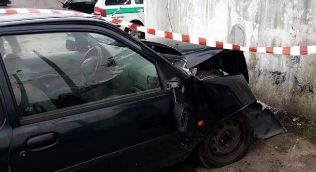 Vítima ficou encarcerada no interior do automóvel após choque contra um muro