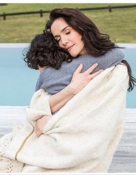 Natalia Oreiro tenant son fils dans ses bras