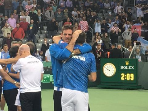 Delbonis se abraza con Juan Martín Del Potro
