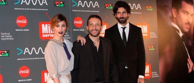 El-director-de-la-miniserie,-Salvador-Calvo,-y-sus-protagonistas2
