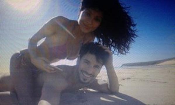 Mariana sulla spiaggia col fidanzato