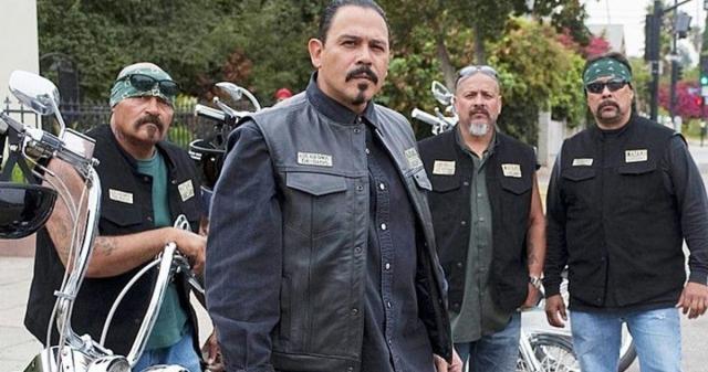 Marcus Alvarez (Emilio Rivera) et d'autres membres du Mayans MC.
