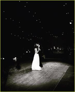 Il ballo romantico di Troian Bellisario e Patrick Adams al matrimonio